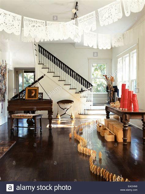 len wohnzimmer günstig wohnzimmer mit formalen klavier und h 246 lzerne figur dekoration stockfoto bild 75265381 alamy