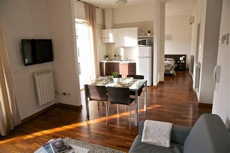 soggiorno con angolo cottura arredamento soggiorno con angolo cottura dotato di stoviglie angolo