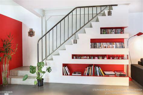 cette bibliotheque encastree sous lescalier permet