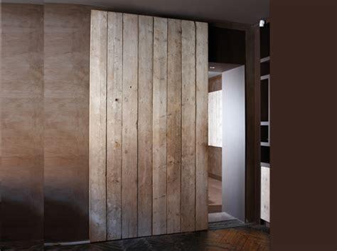 changer les portes de placard de cuisine une porte coulissante en planches de bois usées maison