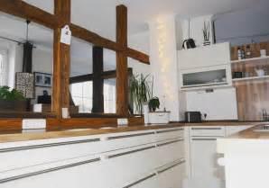 Weisse kuchen mit holzarbeitsplatten wohnkonfetti for Weisse küche