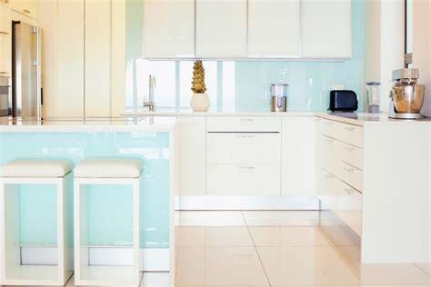 cr馘ence cuisine verre sur mesure cr 233 dence de cuisine en verre sur mesure securit bleu clair