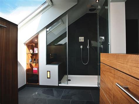 kleines badezimmer mit schraege
