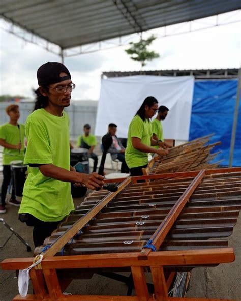 Angklung ialah alat musik tradisional pemikat bagi dewi kesuburan yang sudah diakui unesco sejak november 2010. Kesenian Alat Musik Tradisional Angklung - Minews ID