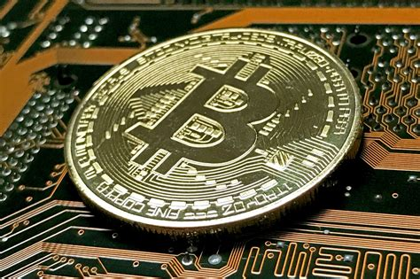 Wenn mehr leute bitcoin kaufen als verkaufen, steigt der preis, und wenn mehr leute verkaufen als kaufen, fällt. Bitcoin-Kurs fällt auf 10'000 Dollar zurück - Telebasel
