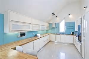 weiße küche graue arbeitsplatte wandfarbe hellblau weiße küche holz arbeitsplatte dachschräge möbel kitchens and