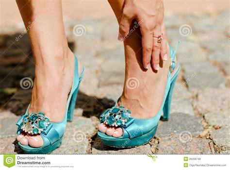 chaussures de haut talon et douleur de cheville de pattes de femme images libres de droits