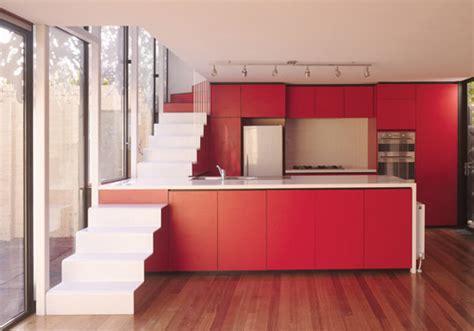 dans la cuisine et dans les escaliers