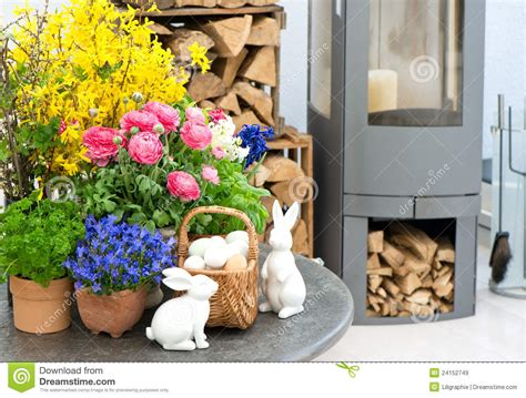 int 233 rieur de maison avec les fleurs et la d 233 coration de p 226 ques images libres de droits image