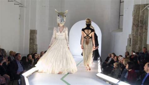 Izcilākās Latvijas jauno modes dizaineru radītās tērpu ...