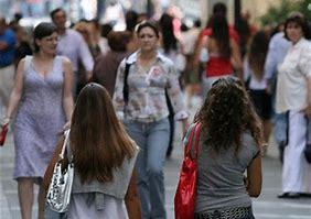 Resultado de imagen de mujer caminando en la ciudad