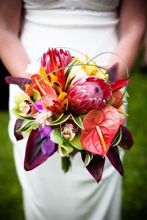 bouquets tropicaux pour accompagner une jolie mariee