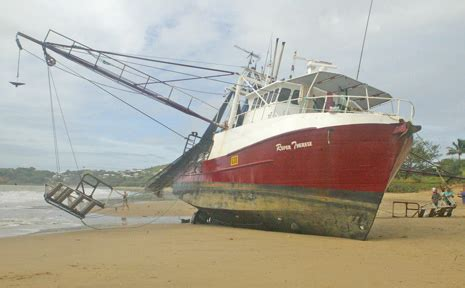 Boat Service Yeppoon by Trawler Runs Aground At Yeppoon Rockhton Morning Bulletin