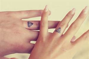 Tatouage Sur Doigt : 9 tatouages discrets et superbes se faire sur le doigt astuces de filles ~ Melissatoandfro.com Idées de Décoration