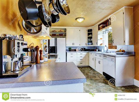 linoleum cuisine intérieur de cuisine avec les murs de pêche et le linoléum