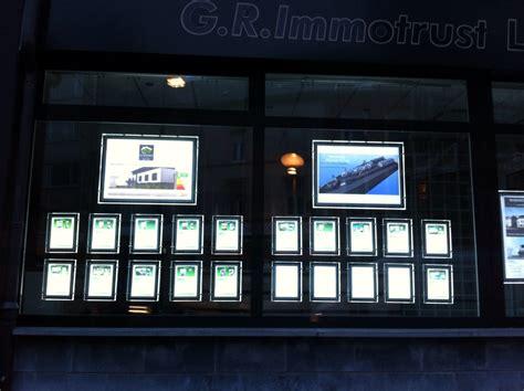 panneau vitrine agence immobiliere porte affiche pano