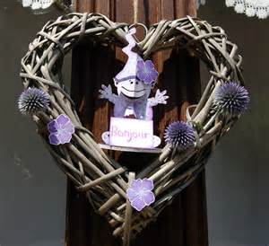 comment accrocher une couronne de noel a la porte maison design bahbe