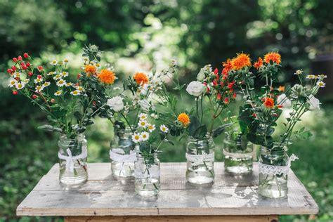 vasen und glaeser ausgeschmueckt