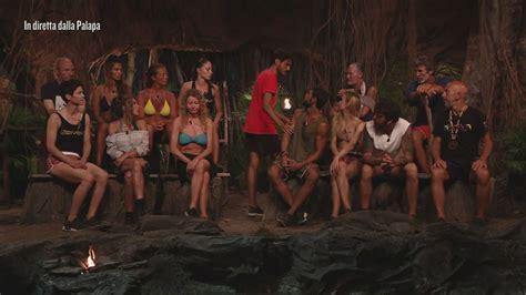 I concorrenti rimasti si sono trasferiti tutti insieme nella spiaggia di cayo paloma. Awed torna in Palapa - Video Isola dei Famosi 2021