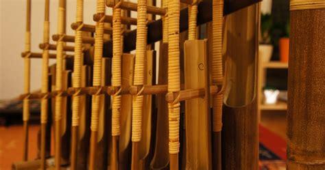 Jenis bunyi yang dihasilkan aramba adalah ideofon. Sejarah Alat Musik Angklung - Kamera Budaya