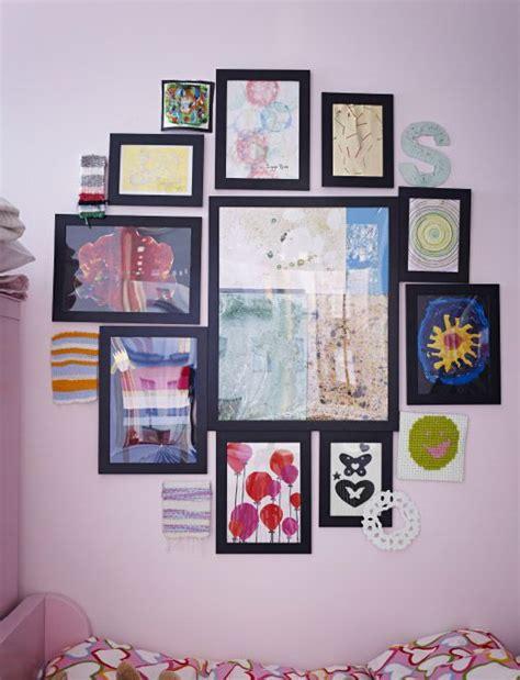 collection de cadres ikea fix 233 s au mur montrant toute une s 233 rie d œuvres d objets divers