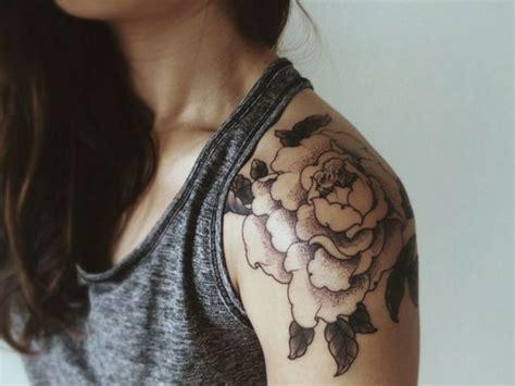 tatouage epaule femme pivoine tatouage