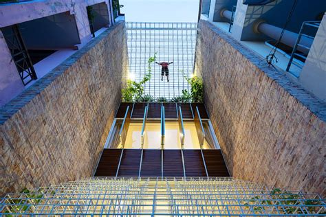 thin steel frame walls give  narrow home  lighter