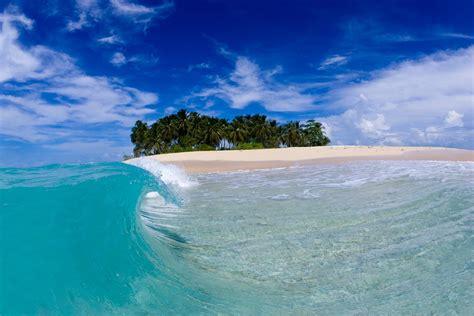 pantai cantik  birunya laut kepulauan mentawai