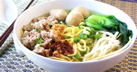 The kids help mold the chicken meatballs, while mommy and daddy alternately cook the soup. Let's eat......simple!: Ramen Noodle Soup with Pork Meatballs