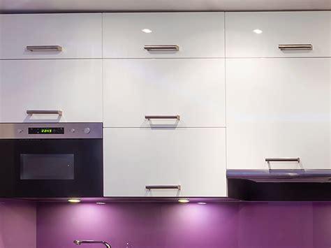 recouvrir meuble cuisine adhesif meuble tv bois massif soldes table de lit