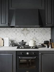 idee relooking cuisine cuisine noire avec credence en With carreaux de ciment cuisine credence