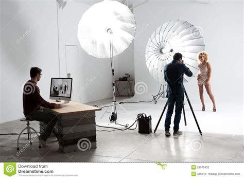 photographe travaillant avec  modele mignon dans