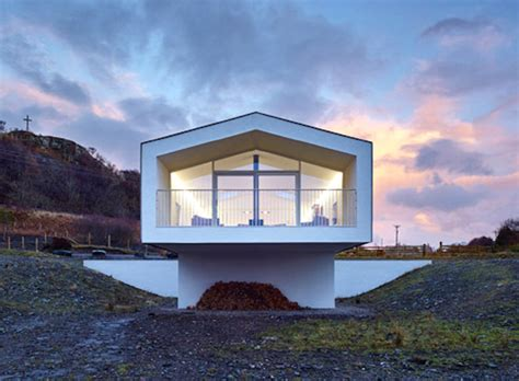 cantilevered holiday home frames views  scotlands small