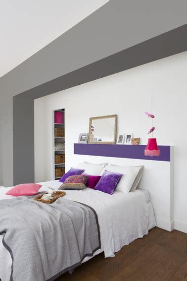 Peinture Chambre Mansardée Peindre Une T 234 Te De Lit En Violet Dans Une Chambre Blanche