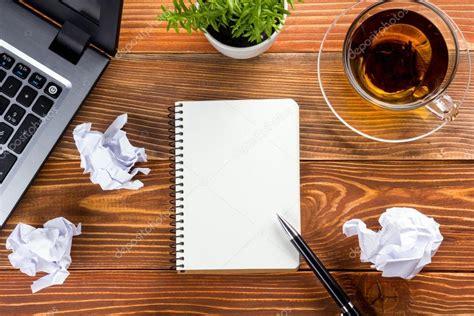 bloc note bureau bureau table bureau avec pc papier froissé coupe
