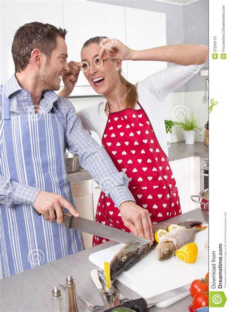 amour dans la cuisine couples dans l 39 amour faisant cuire ensemble dans la
