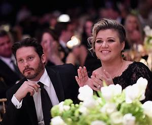 Kelly Clarkson kisses husband Brandon at Celebrity Fight ...