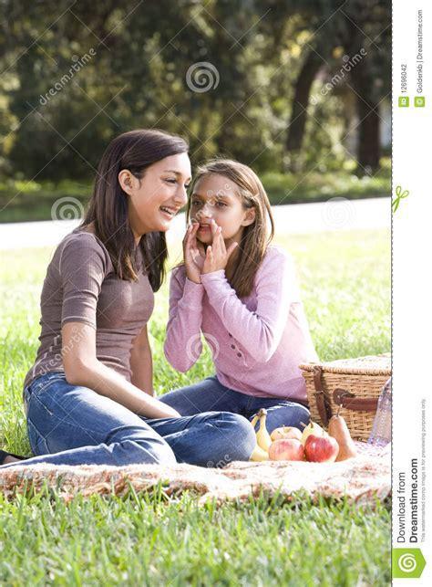 deux filles ayant le pique nique dans le stationnement photographie stock image 12696042