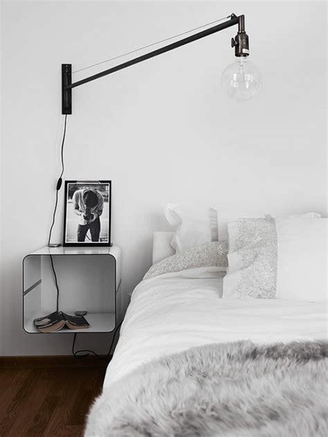 dressing chambre adulte installer une table de nuit suspendue près de lit
