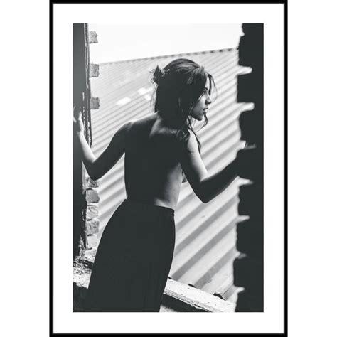 Opowiada historię profesora psychologii, który ulega fascynacji piękną femme fatale i za jej sprawą zostaje przypadkowo wplątany w przestępstwo. Plakat Kobieta w oknie - TOWAR - autorskie plakaty na ścianę