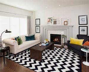 salon blanc et noir chic avec tapis a chevrons et coussins With tapis ethnique avec canapé d angle tissu et cuir leandro