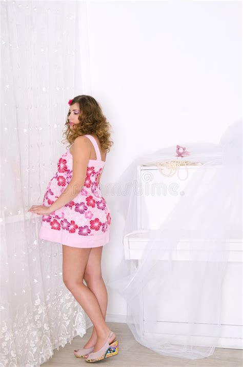 robe de chambre femme enceinte femme enceinte dans la robe dans la chambre photo