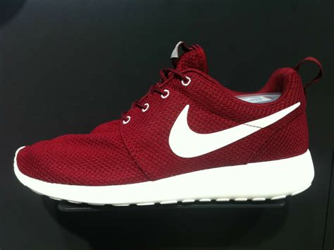 New Nike Mens Rosherun Roshe Run Team Red Burguny Running