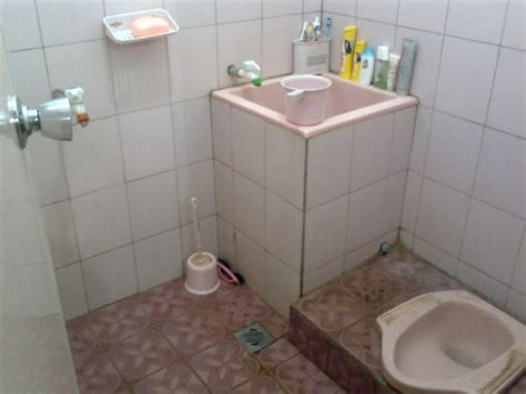 keramik lantai kamar mandi minimalis modern renovasi