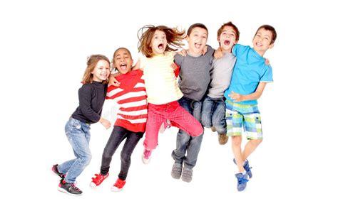 bambini che giocano il gioco di salto salto della corda fotografia stock immagine di