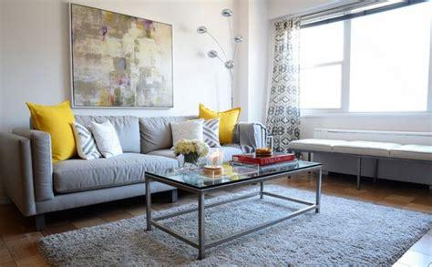 coussin sur canapé gris les tendances de couleurs dans la décoration du domicile