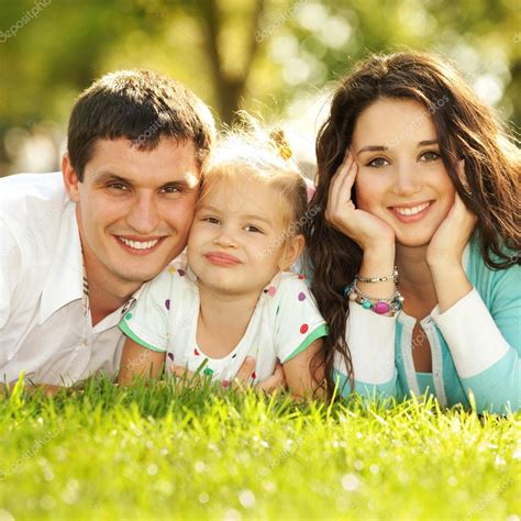 Feliz Madre Padre E Hija En El Parque — Foto De Stock
