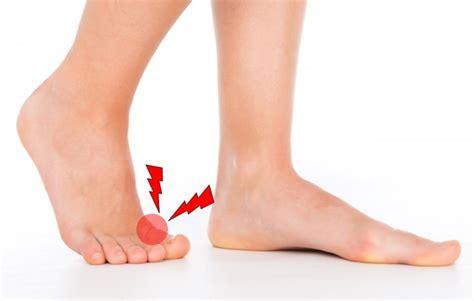 足 の 親指 が つる