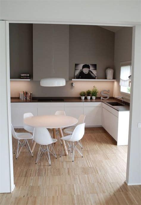 combinacion de muebles blancos  encimera marron  pared