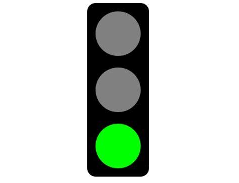 La luz verde de un semáforo circular para vehículos ...